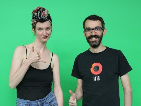 Jacqueline Stelfox Ohm (Conjvr) y Emilio Lizcano (Entertainiment) durante la grabació—n en los estudios MakerSpace de Edmonton Public Library.