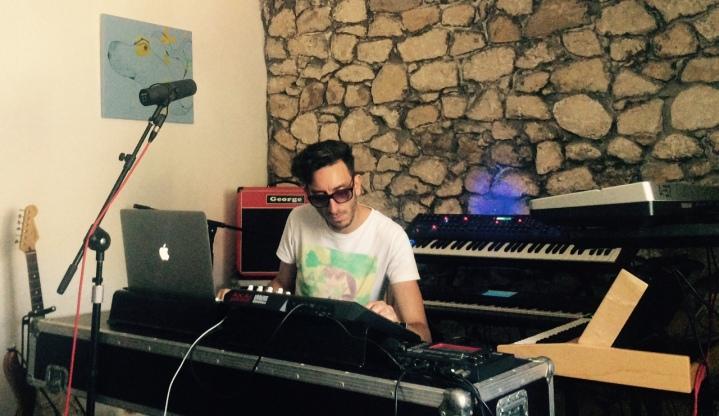 Luis Lizcano durante la producció—n en los estudios EntmusicaProject de Entertainiment.