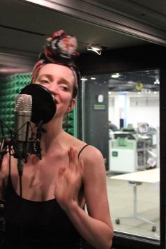Jacqueline Stelfox Ohm (Conjvr) durante la grabació—n en los estudios MakerSpace de Edmonton Public Library.